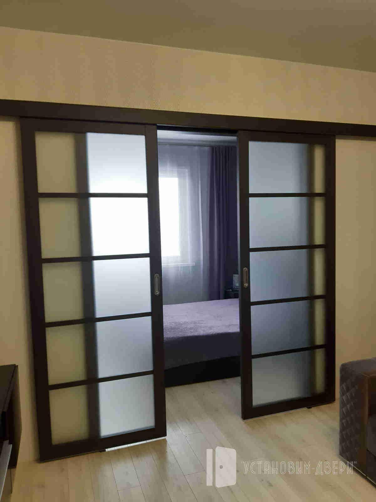 раздвижная дверь в комнате